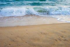 Petite vague passant l'à sable jaune image libre de droits