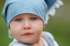 Petite verticale pleurante de fille photo libre de droits