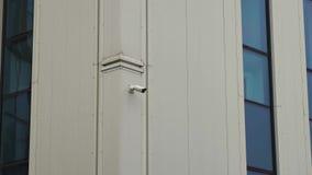 Petite vidéo surveillance sur l'immeuble de bureaux clips vidéos