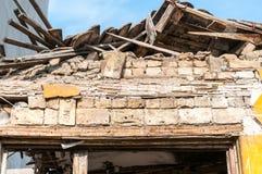 Petite vieille et abandonnée maison démolie du plan rapproché de destruction de tremblement de terre image libre de droits