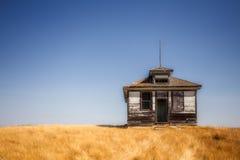 Petite vieille maison en bois superficielle par les agents d'école Photographie stock