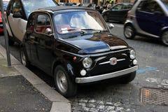 Petite vieille petite voiture italienne noire drôle avec les phares ronds a Photographie stock