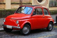 Petite vieille petite voiture italienne rouge drôle avec les phares ronds et Photo stock