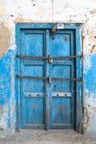 Petite vieille porte fermée bleue à la maison sur l'île de Zanzib Photos stock