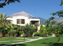 Maison luxueuse neuve dans les tropiques image stock image du paume tropical 1889613 for Petite maison luxueuse
