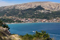 Petite ville Baska avec la mer, île Krk Croatie image libre de droits