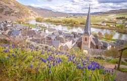 Petite ville d'Urzig sur le germe de la Moselle Rhénanie Palatinat de rivière image libre de droits