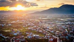 Petite ville dalmatienne allumée par lumière du soleil Photographie stock libre de droits