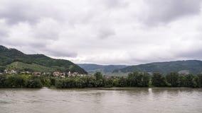 Petite ville de côté de rivière Images libres de droits