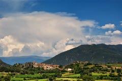 Petite ville de Peramea dans Pyrénées espagnols Photo stock