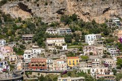 Petite ville de Positano le long de côte d'Amalfi avec ses nombreuses couleurs merveilleuses et maisons en terrasse, Campanie, It Image stock