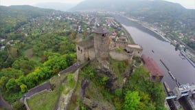 Petite ville de village de château médiéval européen, rivière tirée aérienne banque de vidéos