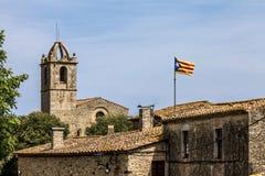 Petite ville en Catalogne où le drapeau est fièrement displaye Image stock