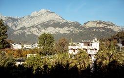 Petite ville, montagnes et ciel bleu Image stock