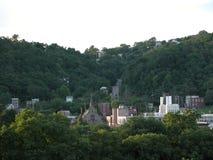 Petite ville nichée dans les collines d'Allegheny image stock