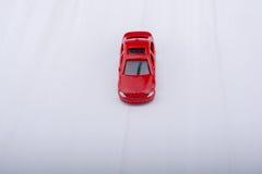 Petite voiture colorée de jouet sur le fond gris Images stock
