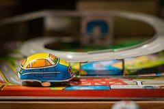 Petite voiture de jouet en métal sur la voie photo stock