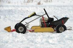 Petite voiture pour le kart d'hiver photo libre de droits