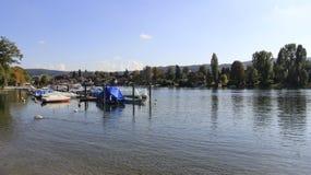 Petite vue de port et de rivière en Suisse photos stock