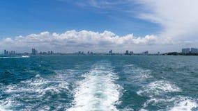 Petite vue de ville à travers les vagues de ondulation Photo libre de droits
