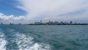 Petite vue de ville à travers les vagues de ondulation Photographie stock libre de droits