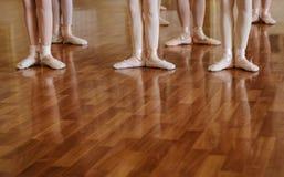 Petites ballerines faisant la classe de ballet d'exercices Photographie stock