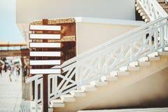 Petites bannières vides avec la forme des flèches sur le pilier de rue Image stock