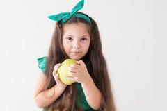 Petites belles dents Apple d'art dentaire de fille peu photo libre de droits