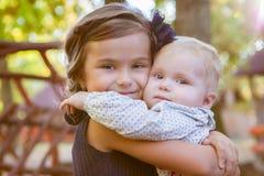 Petites belles soeurs en stationnement d'automne Photo libre de droits
