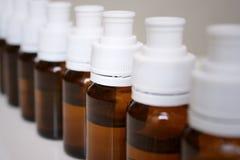 Petites bouteilles de médecine liquide Image stock