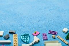 Petites briques colorées multi de jouet : cube, blocs Copiez l'espace pour le texte photographie stock libre de droits
