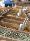 Petites caisses en bois avec de divers types des épices et de grai hachés Photo stock
