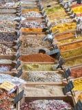 Petites caisses en bois avec de divers types des épices et de grai hachés Images stock