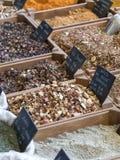 Petites caisses en bois avec de divers types des épices et de grai hachés Photos libres de droits