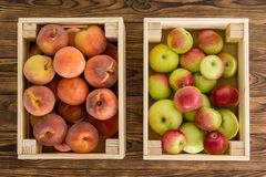 Petites caisses en bois de fruit frais sain photo stock