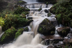 Petites cascades avec des roches Image libre de droits