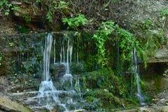Petites cascades de l'eau en été photos stock