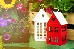Petites Chambres mignonnes de jardin avec la forme Windows de coeur dans le jardin avec Images stock