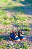 Petites chaussures de bébé au sol Photos stock