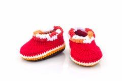 Petites chaussures de chéri Travail manuel de chaussure tricoté par enfants Photographie stock