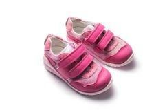 Petites chaussures roses de sport de bébé d'isolement sur le blanc Photos stock