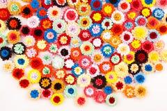 Petites, colorées fleurs de papier photos stock