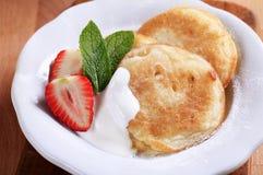 Petites crêpes avec de la crème et la fraise photographie stock libre de droits
