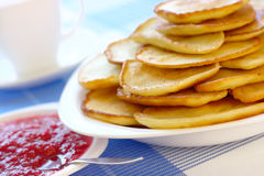 Petites crêpes - cuisine russe traditionnelle images stock