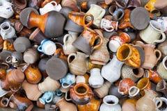 Petites cruches et cuvettes en céramique macro Photo stock