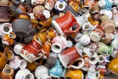 Petites cruches et cuvettes en céramique macro Photographie stock