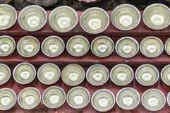 Petites cuvettes avec de l'eau autour d'un temple Photo stock