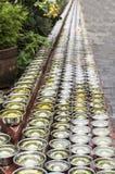 Petites cuvettes avec de l'eau autour d'un temple Photos stock