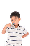 petites dents asiatiques de brosse de garçon images libres de droits
