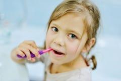 petites dents de brossage de fille photo libre de droits